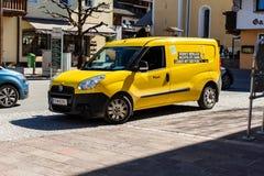 韦斯滕多尔夫,提洛尔/奥地利:2019年3月29日:奥地利邮政局的小送货车从前面的有一个角度 免版税图库摄影