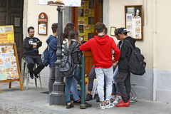 韦纳里亚雷亚莱,意大利-一个小组年轻游人 图库摄影