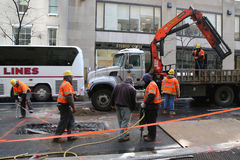 韦里孙乘员组工作者在曼哈顿中城进行紧急修理 库存照片