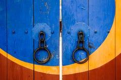 韩国传统木门和门把手背景 库存图片