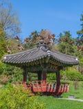 韩国传统庭院和塔在一个公园里在基辅 库存照片