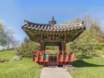 韩国传统庭院和塔在一个公园里在基辅 图库摄影
