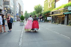 韩国传统礼服的女孩在Insadong,汉城在韩国 库存图片