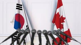 韩国和加拿大的旗子在国际会议或交涉新闻招待会 股票视频