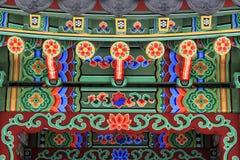 韩国建筑学-在传统韩国花卉样式绘的眺望台五颜六色的木屋顶 图库摄影