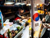 韩国旗子传统韩国食物在地方市场上,街道食物最著名在韩国 库存图片