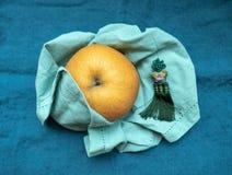 韩国梨在Chuseok假日传统上提供了,在与丝绸装饰品的蓝色织品 库存图片