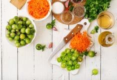 韩国沙拉的成份从绿色蕃茄和红萝卜 库存图片