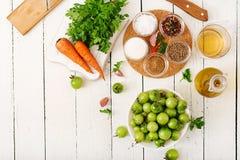 韩国沙拉的成份从绿色蕃茄和红萝卜 免版税图库摄影