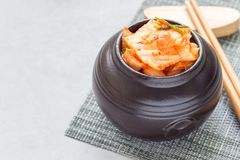 韩国泡菜圆白菜 在陶瓷瓶子的韩国开胃菜,水平,复制空间 免版税图库摄影