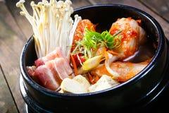 韩国泡菜炖煮的食物用牛肉和enokitake 库存图片