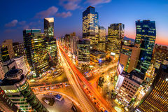 韩国的都市风景 夜交通通过一个交叉点加速在汉城,韩国Gangnam区  免版税库存图片