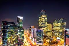 韩国的都市风景 夜交通通过一个交叉点加速在汉城,韩国Gangnam区  免版税图库摄影