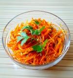 韩国红萝卜沙拉切得很细的红萝卜,大蒜,向日葵油和香料为事例,香菜 传统韩国食物 免版税库存照片