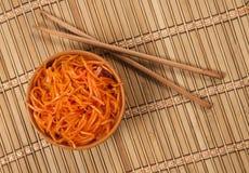 韩国红萝卜沙拉和两双筷子 库存照片