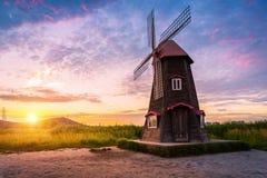 韩国风景美好的日落和传统风车,英寸 库存照片