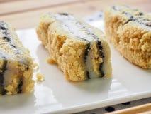 韩国食物黑色芝麻powderedÂ大豆糯米糕 免版税库存照片