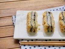 韩国食物黑色芝麻powderedÂ大豆糯米糕 库存照片