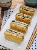 韩国食物黑色芝麻powderedÂ大豆糯米糕 免版税图库摄影