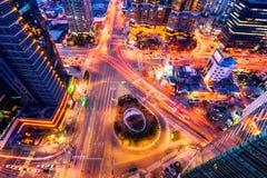 韩国,夜交通通过一个交叉点加速在汉城, Kore 库存图片