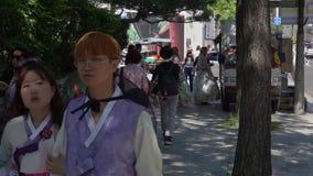 韩国- 2018年5月29日:走在传统韩国服装Hanbok的人们 股票录像