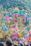 韩国- 10月31 :五颜六色的服装的舞蹈家参与 图库摄影