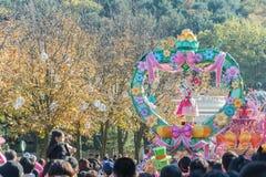 韩国- 10月31 :五颜六色的服装的舞蹈家参与 库存图片