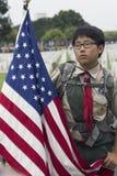 韩裔美国人Boyscout和美国旗子在2014阵亡将士纪念日事件,洛杉矶国家公墓,加利福尼亚,美国 免版税库存照片