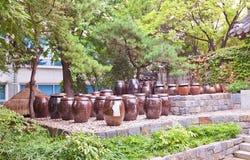 韩语在汉城刺激Onggi,韩国南山谷韩屋村  免版税库存照片
