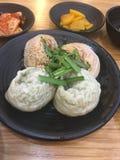 韩语煮沸的饺子 库存照片