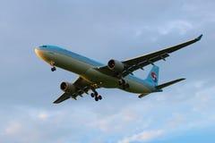 韩语空中客车A330-323 HL7584韩航在多云天空排行 库存图片
