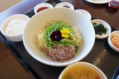 韩语说新芽叫的朝鲜拌饭用在木盘子的米 库存图片