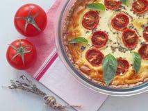 韭葱和蕃茄乳蛋饼 自创饼用菠菜和希腊白软干酪 库存图片