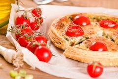 韭葱和蕃茄乳蛋饼 库存图片