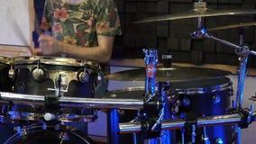 音乐、人们、乐器和娱乐概念-有演奏鼓的鼓槌的男性音乐家在音乐会 影视素材