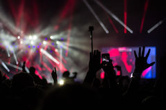 音乐会光、手、电话和照相机 免版税图库摄影