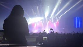 音乐会剪影在明亮的阶段光前面拥挤 影视素材