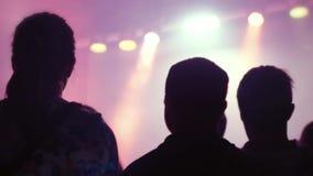音乐会剪影在明亮的阶段光前面拥挤 1920x1080 股票录像