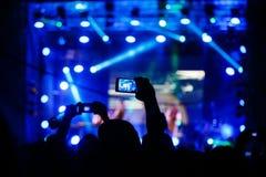 音乐会射击录影或照片的人们 库存照片