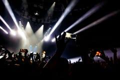 音乐会射击录影或照片的人们 图库摄影