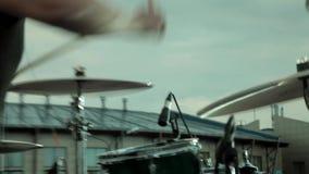 音乐会执行在阶段的摇滚乐队 鼓手 股票录像