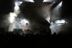 音乐会点燃烟和人群 免版税库存照片