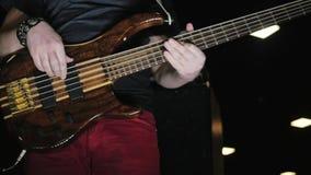 音乐会的低音吉他弹奏者 慢动作录影 影视素材