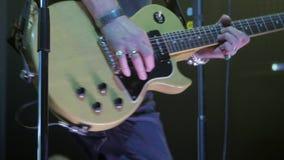 音乐会的吉他弹奏者弹电吉他 股票录像