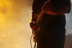 音乐会的吉他弹奏者 免版税图库摄影