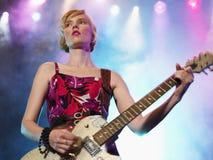 音乐会的女性岩石吉他弹奏者 免版税库存照片