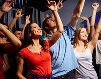 音乐会的微笑的朋友在俱乐部 免版税库存照片