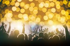 音乐会的满意的人,从阶段的色的光 库存图片