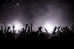 音乐会的满意的人,从阶段的色的光 图库摄影