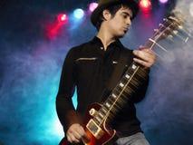音乐会的男性岩石吉他弹奏者 库存照片